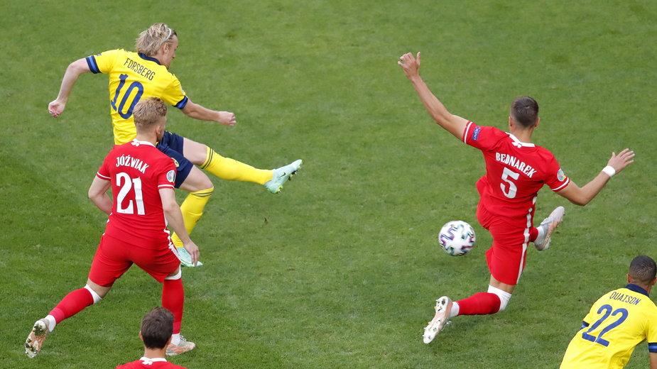 Emil Forsberg strzela bramkę w meczu Polska - Szwecja na Euro 2020