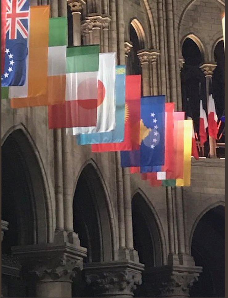 Kosovo, Pariz, Notr Dam, zastava