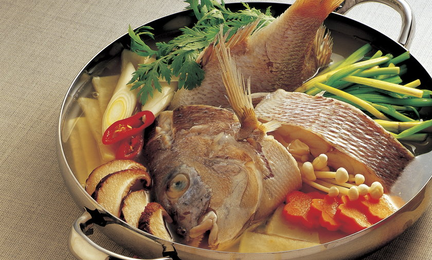 Biała ryba z szałwią