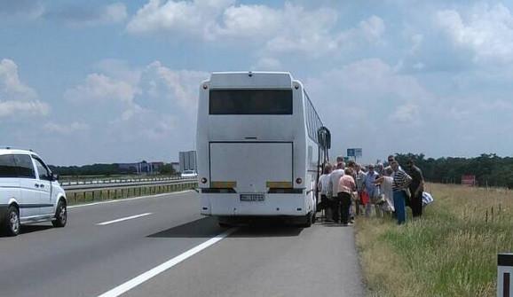 Putnici ulaze u drugi autobus