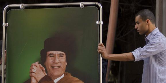 Uklanjanje slike libijskog lidera iz objekta u Tripoliju