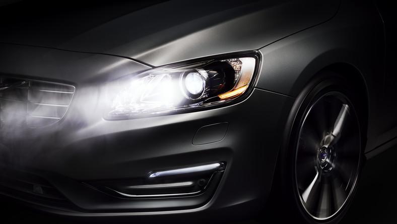 """Volvo razem z wprowadzeniem odświeżonej gamy modeli S60, V60 i XC60 prezentuje nowy system, który ma zrewolucjonizować oświetlenie samochodowe... Chodzi o system Active High Beam Control, który pozwala oświetlić przestrzeń przed autem za pomocą """"świateł długich"""" także wtedy, gdy przed nami jedzie inny pojazd lub gdy inne samochody nadjeżdżają z przeciwka."""