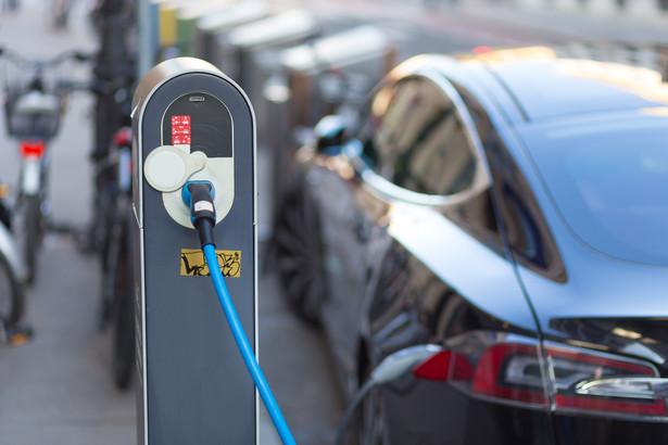 """Na początku było hasło """"za 10 lat po polskich drogach ma jeździć milion aut elektrycznych""""."""