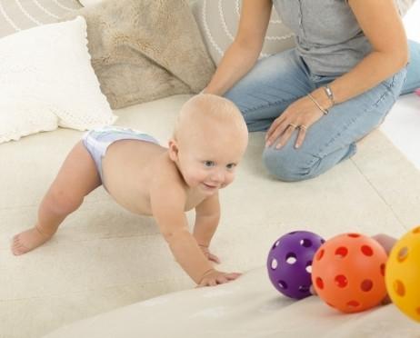 Gdy dziecko zaczyna raczkować, zacznij się z nim bawić