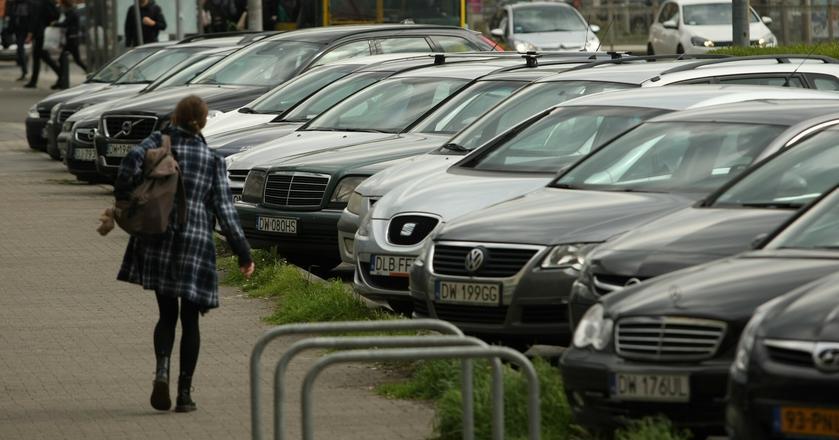 W Polskich miastach brakuje miejsc do parkowania, dlatego chętnych na wynajęcie garaży na razie nie brakuje