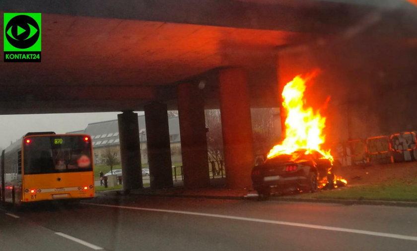 Auto spłonęło na drodze