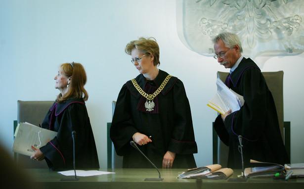 Sędzia przewodniczący Barbara Skoczkowska (C), sędzia Mirosława Strzelecka (L), sędzia Paweł Rysiński (P) podczas rozpatrzenia zażalenia IPN na decyzję Sądu Okręgowego o zwrocie do IPN sprawy stanu wojennego