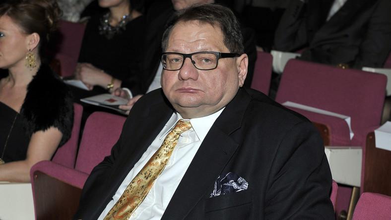 """""""Fakt"""", który wyliczył, że poseł zarabia 12 tys. zł miesięcznie, ma dwa mieszkania i oszczędności, doniósł kilka tygodni temu, że Ryszard Kalisz wyrzucił matkę do domu starców. """" Ohyda! Dla porównania szef PiS Jarosława Kaczyński (65 l.) na chorą matkę bez wahania wyda cały swój majątek. Co jest moralne?"""" - dociekał tabloid."""