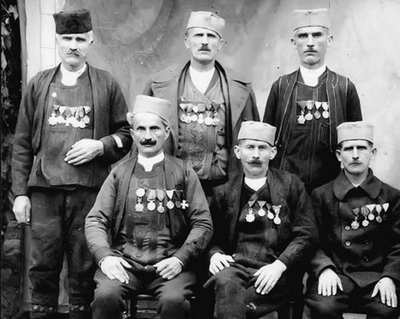 Budimir Davidović (stoji u sredini)
