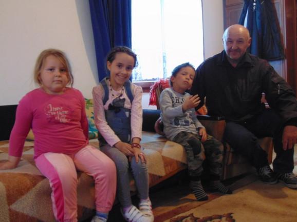Sara, Ana, Petar i otac Miloš