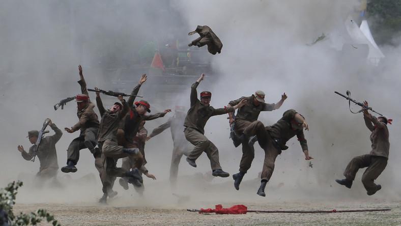 """Eksplozja """"rozrzuca"""" żołnierzy. Bitwę odegrano z wyjątkową dbałością o szczegóły"""