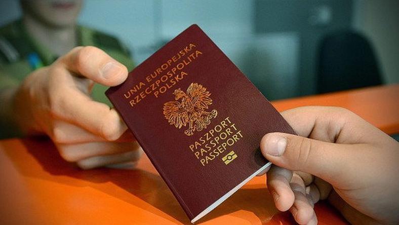 """Niemowlę z podwójnym obywatelstwem nie mogło wylecieć z Polski. """"Niedopatrzenie rodziców""""?"""
