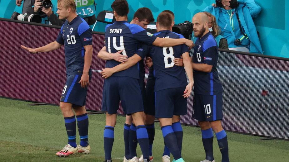 Stłumiona radość Finów po strzeleniu gola w meczu z Duńczykami