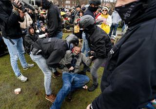 Holandia / Policja użyła armatek wodnych wobec demonstrantów