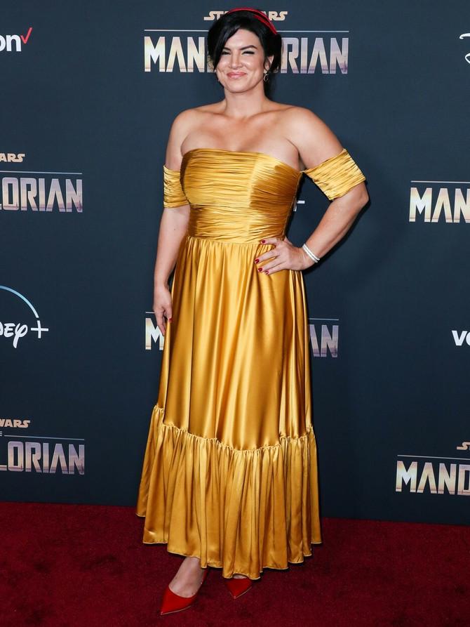 Džina Karano u svečanoj haljini