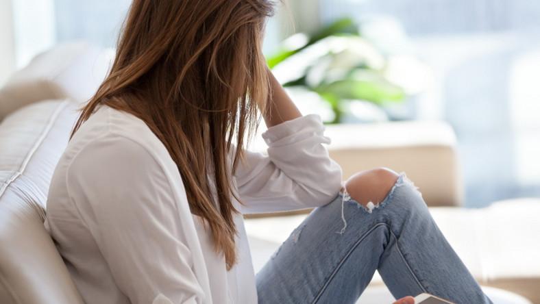 Samotna kobieta z telefonem w ręku