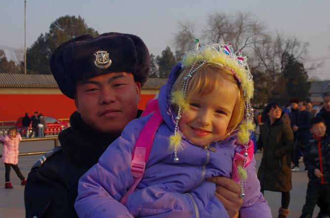 Pa ovde me svi vole!, uzviknula je Višnja pošto je u Pekingu, tako plava i drugačija, bila prava atrakcija