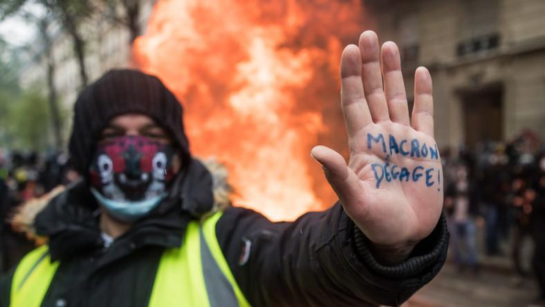 Jeden z protestujących w Paryżu