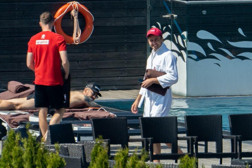 Polscy piłkarze się relaksują na basenie