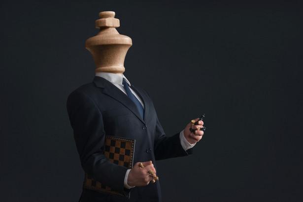 Egocentryczne zachowania narcyzów sprawiają, że postrzegają siebie jako lepszych od innych, ale ich wrażliwość domaga się nieustannej uwagi i podziwu ludzi, których uważają za gorszych.