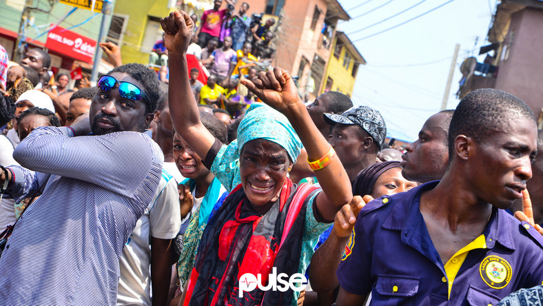 A woman crying as children were brought out of the collapsed home at ita-faaji, Lagos Island, Lagos State earlier today. (Pulse Nigeria)