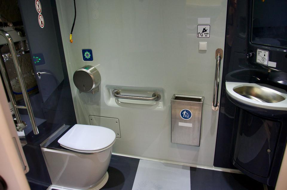 W środkowej części składu znajduje się większa toaleta, przystosowana dla osób poruszających się na wózkach.