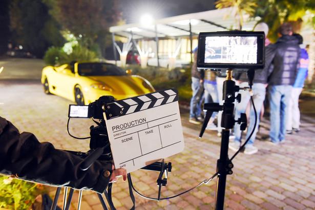 Za produkcjami filmowymi idą ogromne, często wielomilionowe budżety na zdjęcia, opłacenie scenografii, wyżywienie ekipy. Miejsca, w których filmy kręci się często, są zatem prawdziwymi żyłami złota.