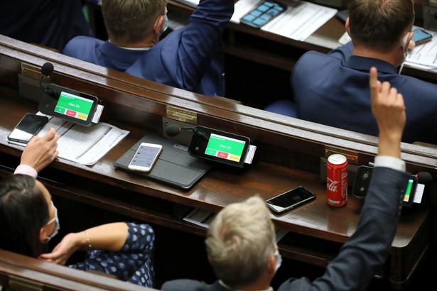 Nie wiadomo jeszcze, jak zachowają się posłowie: Andrzej Gut-Mostowy, Grzegorz Piechowiak i Anna Dąbrowska-Banaszek, którzy dotąd jako posłowie Porozumienia zasiadali w klubie PiS.