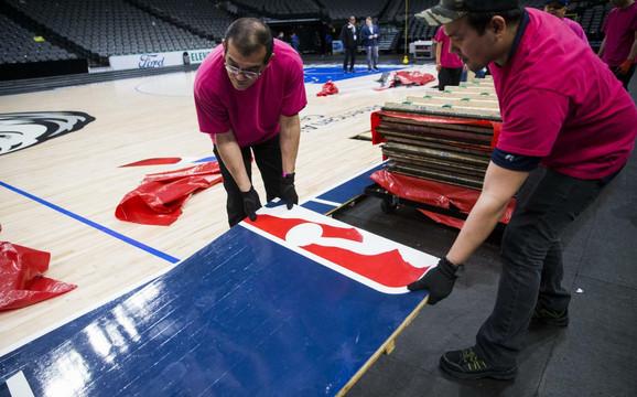 Uklanjanje oznaka NBA lige sa parketa Dalas Maveriksa, gde se košarka neće igrati bar do pozne jeseni
