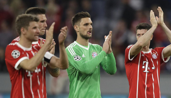 Fudbaleri Bajerna pozdravljaju navijače posle prvog polufinalnog meča sa Realom