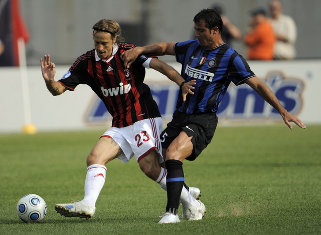 Masimo Ambrosini i Dejan Stanković u duelu Milan - Inter u julu 2009.
