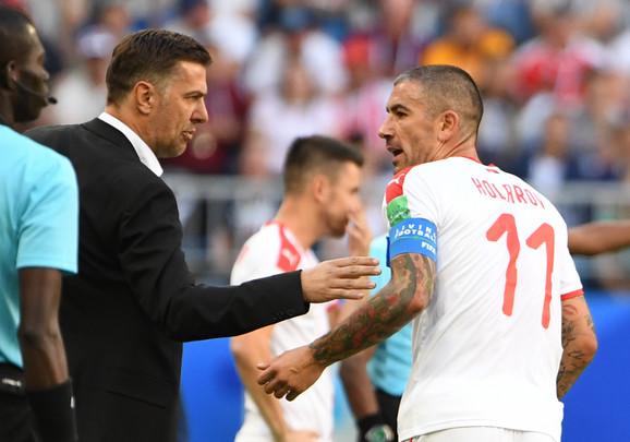 Selektor Mladen Krstajić i kapiten Aleksandar Kolarov na meču sa Kostarikom