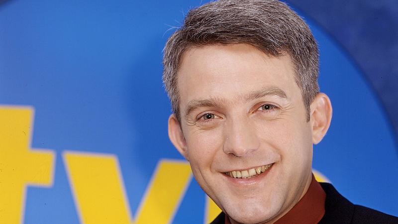 """Hubert Urbański, prowadzący program """"Milionerzy"""", w 2000 r."""