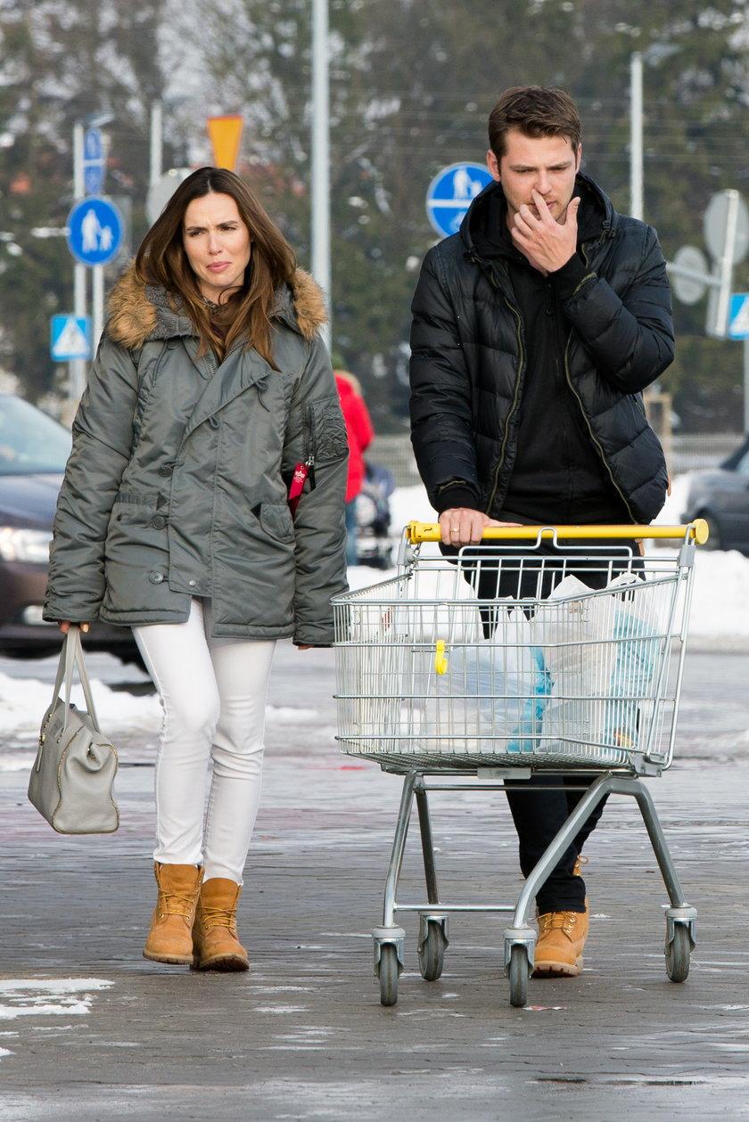 Marta Żmuda Trzebiatowska z mężem na zakupach