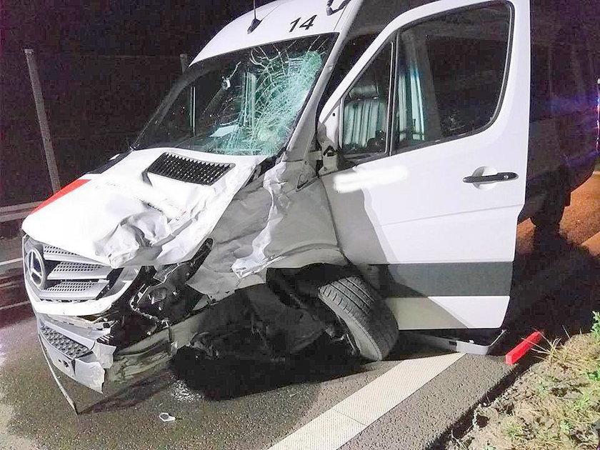 Poważny wypadek busa. Dwie osoby ranne