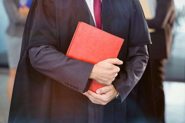 Stowarzyszenie Defensor Iuris przypomniało, że wedle danych serwisu Wynagrodzenia.pl jedna czwarta adwokatów zarabia poniżej 5190 zł brutto, a miesięczne wynagrodzenie całkowite (mediana) na tym stanowisku wynosi 7140 zł brutto.
