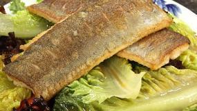 Lekkie, letnie danie. Ryba serwowana na sałacie