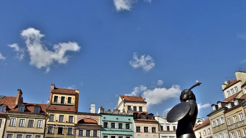 """To wibrujące miasto z otwartymi ramionami wita wszystkich odwiedzających, którzy poszukują eklektycznej mieszanki sztuki nowoczesnej ze średniowiecznymi klimatami - zachęca """"The Independent"""". Niskie koszty utrzymania i niedrogie bilety lotnicze - to zalety stolicy Polski. Brytyjscy dziennikarze polecają spacery po Starym Mieście, także wieczorem"""