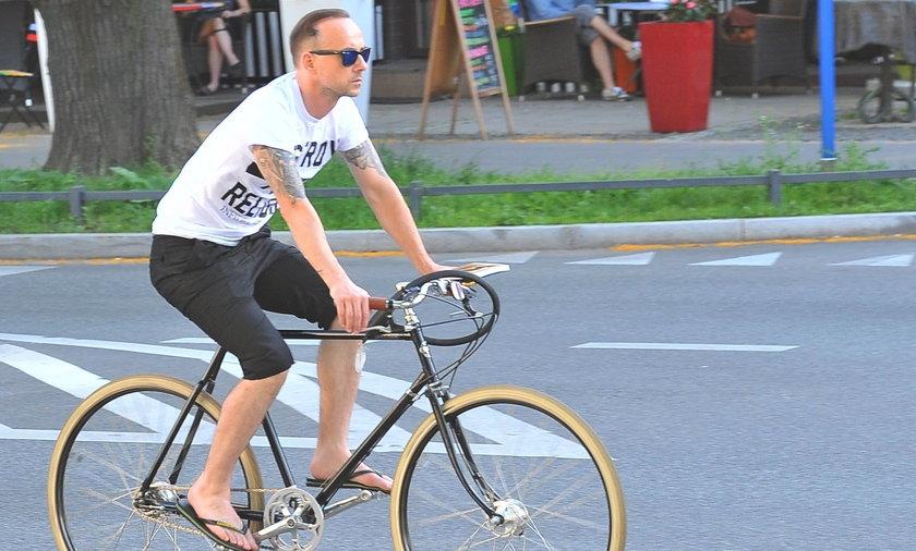 Nergal na rowerze.