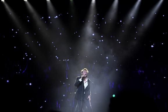SNEŽNA IDILA, ČAROBNE LAMPICE I ROMANTIČNI SPEKTAKL KOJI SE NE PROPUŠTA Spremite se za koncert najglamuroznije svetske zvezde svih vremena