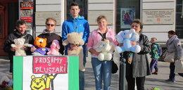 """Pluszakowy protest """"Dziewczynki z zapałkami"""" na Piotrkowskiej"""