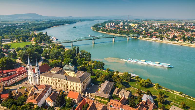 Widok z bazyliki w Ostrzyhomiu na Dunaj i słowackie Šturovo