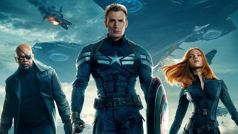 Dopatrywano się sukcesu Marvel Studios głównie w sporych budżetach i idących z nimi w parze efektach specjalnych, konsekwencji, z jaką budowane jest filmowe uniwersum, atrakcyjnych licencjach i znanych twarzach, zapominając częstokroć o komponencie dla odbiorcy obytego z komiksami bodaj najważniejszym – wierności materiałowi źródłowemu. I nie chodzi o kurczowe trzymanie się wymyślonych wcześniej fabuł, ale umiejętną translację scenariusza komiksowego na język kina, aby pozostał atrakcyjny nie tylko dla czytelnika, lecz także, a może przede wszystkim, widza