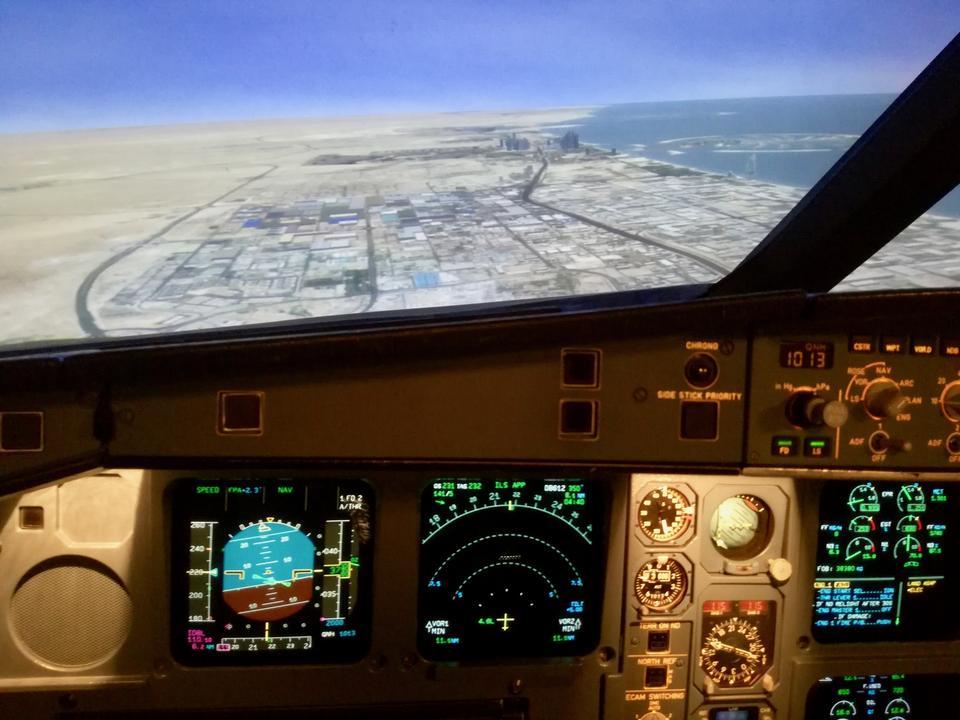 Gdy lecimy nad Dubajem, mogę z góry przyjrzeć się charakterystycznym punktom, takim jak Burj Khalifa czy wyspy w kształcie palm (widoczne w oddali).