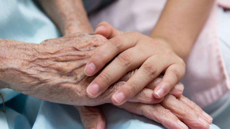Na chorobę Alzheimera zapadają osoby po 65. roku życia