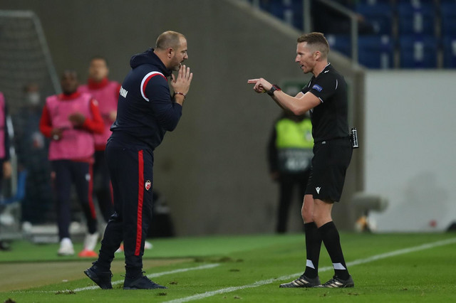 Dejan Stanković u razgovoru sa sudijom na meču Hofenhajm - FK Crvena zvezda