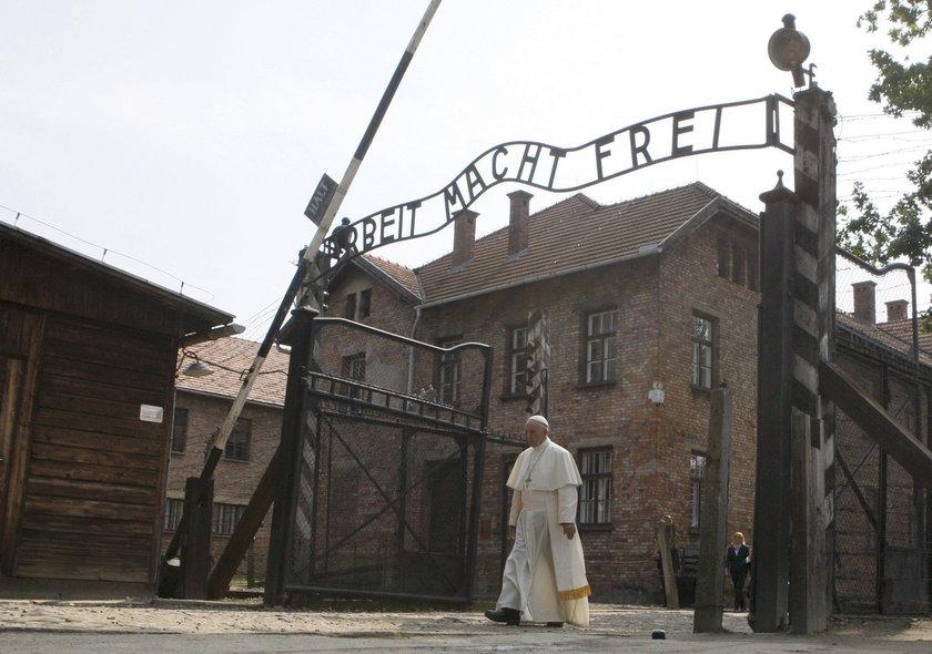 Pielgrzymi z Portugalii zniszczyli mur w Auschwitz