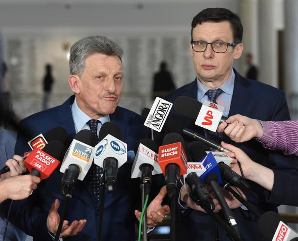 Poseł Marek Ast podkreślił, że na posiedzeniu nie ma przedstawiciela Sejmu, gdyż nie może on legitymizować nielegalnych działań Trybunału Konstytucyjnego