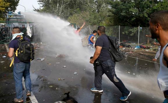 Mađarska policija koristi vodene topove protiv migranata