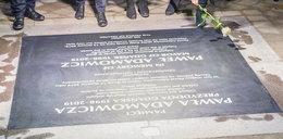 """Zdewastowano tablicę upamiętniającą Pawła Adamowicza. """"Absolutnie przykra sytuacja"""""""